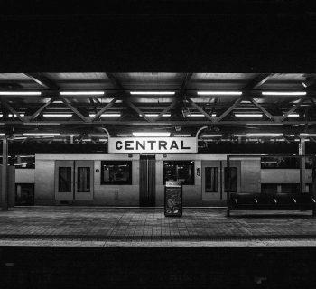 hombre se cae a las vias del metro