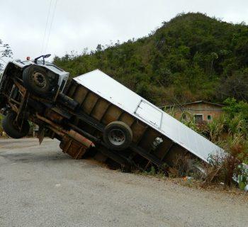 coche vuelca un camión